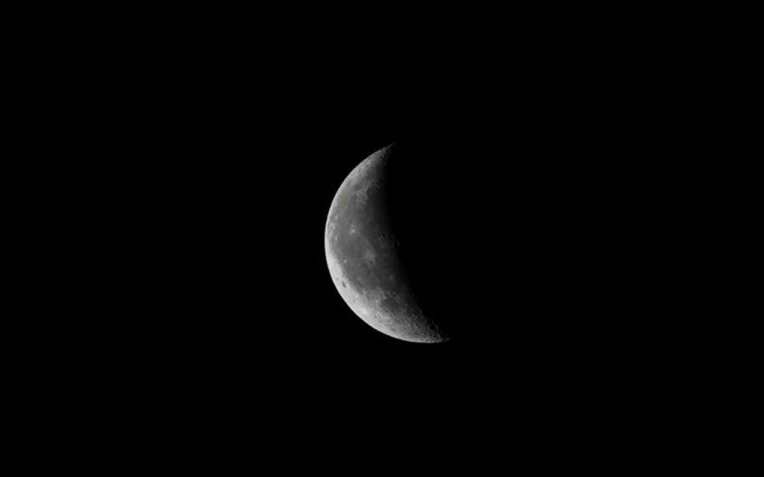 La lune reflète la lumière du soleil